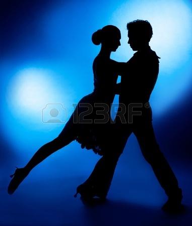 13046461-una-silueta-de-una-pareja-de-baile-contra-el-fondo-azul-del-estudio